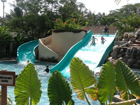 バリマンディラビーチリゾート&スパ メインプールの子供用スライダー