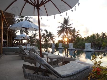 バリマンディラビーチリゾート&スパ アズールビーチクラブのプールとジャグジー