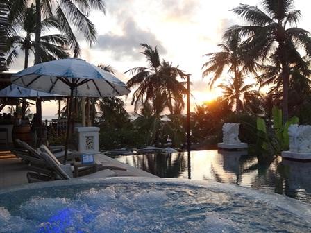バリマンディラビーチリゾート&スパ アズールビーチクラブのジャグジーとサンセット