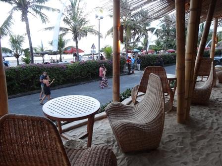 バリマンディラビーチリゾート&スパ アズールビーチクラブの1階表通りに面した席